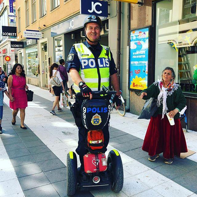 Älskar poliser. Rent generellt. Och den här sortens lite speciellt.