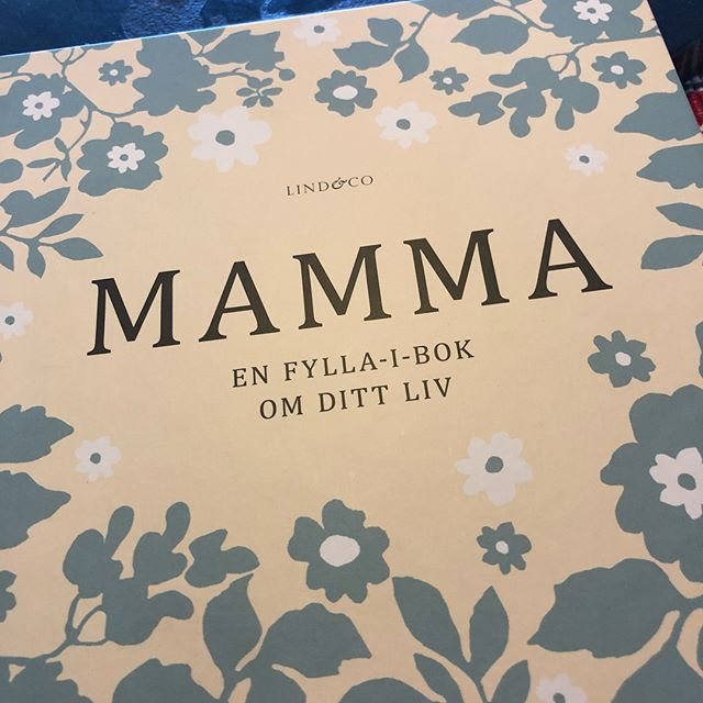 En sån himla viktig bok. Den borde alla kvinnor fylla i. Kvinnohistoria. Vardagshistoria. Vad drömde du om? Var bodde du? Är du lik dina syskon? @lind.co