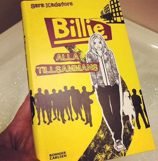"""Ni som följer mig vet att jag ÄLSKAR att läsa ungdomsböcker. Speciellt om de är bra. Om de känns äkta. Den senaste boken om Billie har jag längtat efter som en sockerjunkie längtar efter en godispåse. @sarakadefors är läsgodis med tuggmotstånd. Sara skriver alltid på riktigt. Och när hon skriver om Billie så är det som om hon skriver om något hon vet väldigt mycket om. Ända in i själen. Hon skriver som om hon själv har varit fosterbarn och haft en mamma som inte är som alla andra, som inte klarar av en vardag. Sara skriver som om hon verkligen har bott i en familj med skenheliga vuxna. Som om hon faktiskt har haft en bror som är särbegåvad och har intressanta funktionsvariationer. Hon skriver om allt det där som så många vuxna inte vågar nudda med ord - för att det är så """"svårt"""". Men Sara har en sådan lätthet med orden. Det blir bara spännande och berörande, rörande. Jag älskar Billie. Läs och köp och ge bort! @bonniercarlsen"""