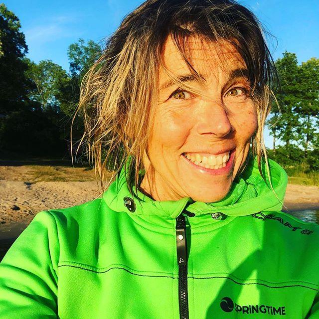 Nybadad. Rufsig. Levande. Och grön. (Älskar min hoodie från @springtimetravel och @craftsportswear ️Tack. )