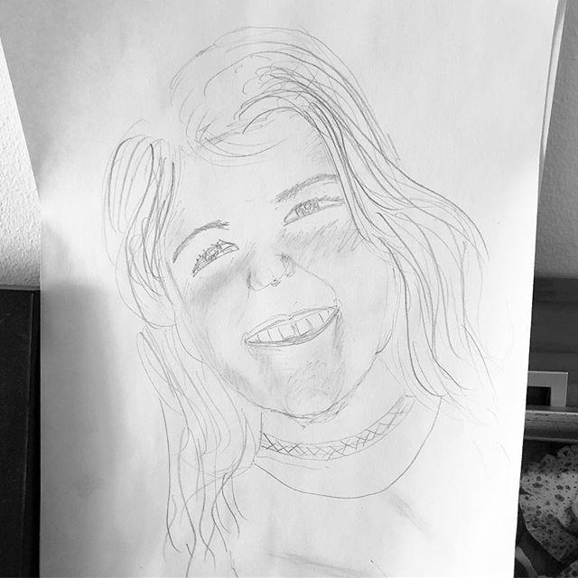 Första gången jag försöker rita av någon. I hela mitt liv. Förvånansvärt kul. Barnen smittar mig med sin ritglädje. ️ och ja, det är Lykke. @lykkethecoolest