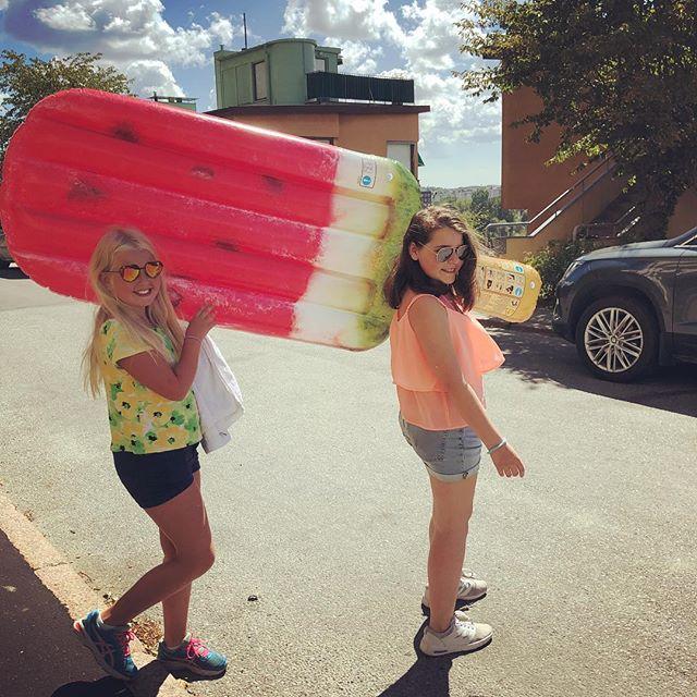 Två coola tjejer on a mission. Mot badet!