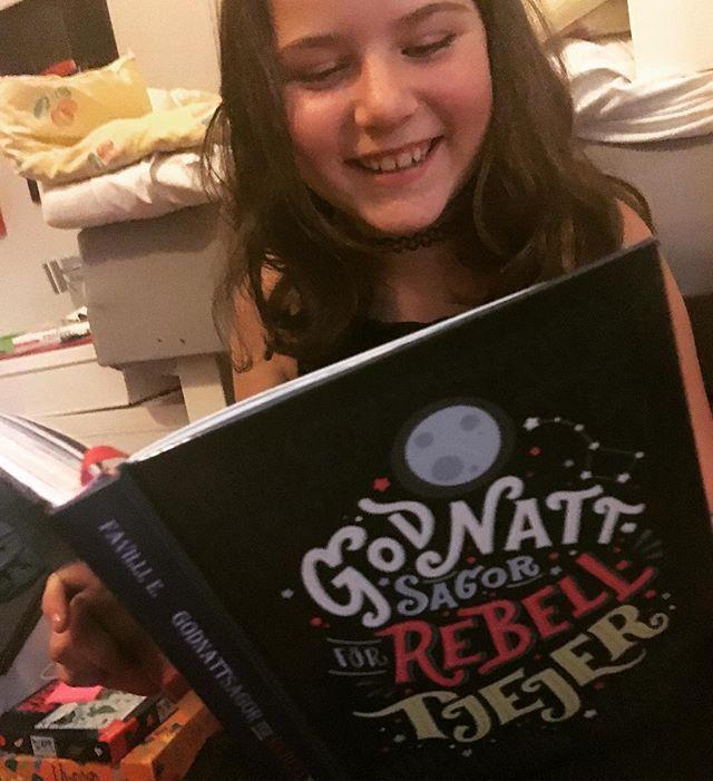 Varje kväll läser tioåriga Lykke för mig ur den här coola boken. Godnattsagor för Rebelltjejer. Har ni inte läst den - så måste ni bara göra det i sommar. Fantastiska illustrationer till varje inspirerande kvinna. Man blir så glad! @bokforlagetmaxstrom