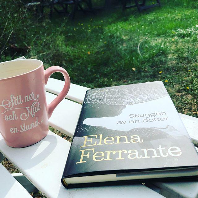 """""""Stackars, stackars kvinnor tänker jag varje gång jag läser Elena Ferrante"""". Så stod det i DN - men jag blir bara lycklig över den brutala verkligheten och språket. Språket! Någon har tappat bort en docka och jag kan knappt andas för att det är så spännande. Och då är jag inte ens intresserad av dockor. Har aldrig varit. Kanske är just därför symboliken i denna luggslitna docka så gripande och kraftfull. Hur som helst - ni måste läsa Skuggan av en dotter. Det är en ren och smärtsam njutning. @norstedts_forlag"""