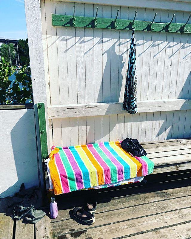 All tid i världen. En plats i solen. Kaffe, dricka, bok och handduk. Och havet. Det är allt man behöver.