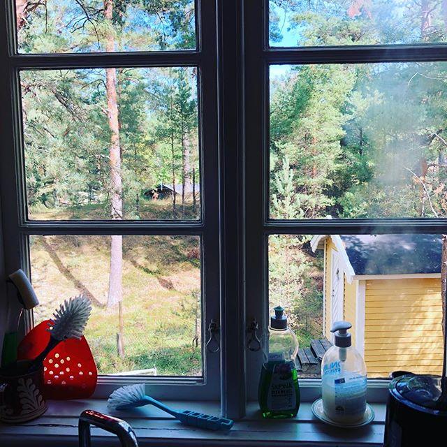 Det är något väldigt vilsamt med att få stå och handdiska vid ett fönster med utsikt över naturen. Känslan av vatten. Av porslin. Tallrikar. Koppar. Hemmagjorda smörknivar. En tacksamhet över lugn. Men också över att vi kunnat äta oss mätta i dag också. Att vi är tillsammans. Kan skratta över vardagen vid matbordet.