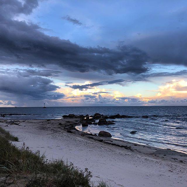 Hej då, Åhus. You have been good to us. Kvällspromenad med dans i vattnet. Vi fotograferar för att spara i hjärtat. Den här sommaren glömmer vi inte. ️