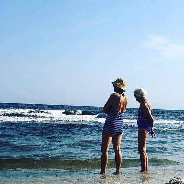 Två kompisar står och snackar. I baddräkt och hatt. Lifegoal.
