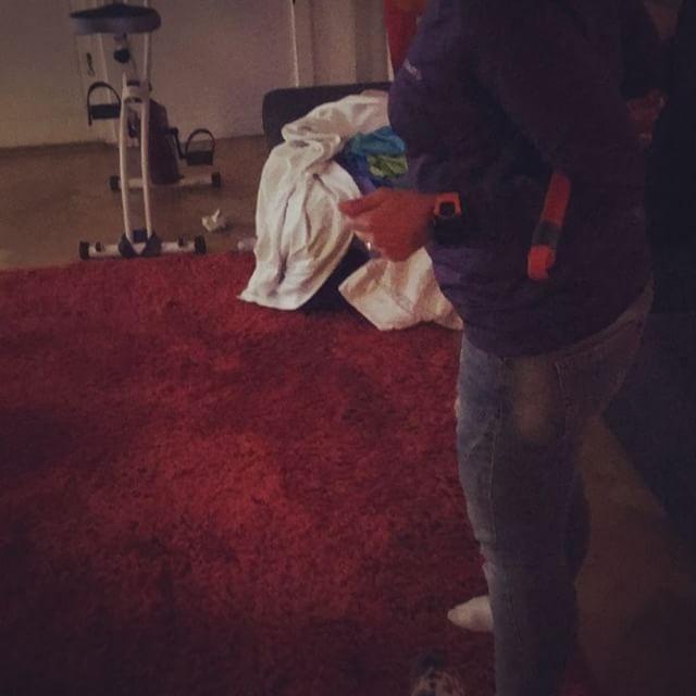 Dagens gympaövning i stökigt hem: Moppstång i armvecken. Ner på golvet och upp igen. Kan ni? Skrattade åt de andra så jag blev alldeles blöt i ansiktet. Och jag klarade det! Trots artros. Tack @miarodhborn för denna roliga övning. ️️️️️