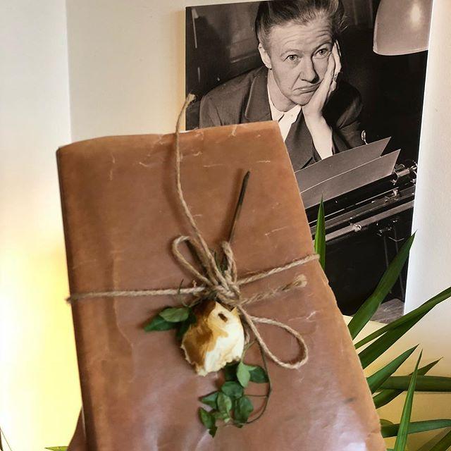 """""""Varsågod, här har du min barndom."""" Fick ett så vackert paket av @charlotta_lagerberg när jag föreläste i Göteborg. I dag har jag satt mig ner och sträckläst hennes modiga bok om hur det är att växa upp som högkänslig i ett hem fyllt av missbruk och förnekelse. """"Det finns många välklädda barn som fryser om själen"""", så inleder hon boken. En berättelse om att bära sina drömmar genom allt och till slut hitta hem. ️ Så fint."""