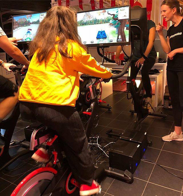 """Gaming-cyklar. Lykke provade när Friskis i Hagastan fyllde 40. Hon vann över alla och fick höra att """"hon hade talang"""" och ville aldrig sluta. Älskar när folk tänker nytt. Nu står cyklarna på F&S i Solna. En norsk uppfinning tydligen. Heja Norge! @friskissvettis @friskissthlm"""