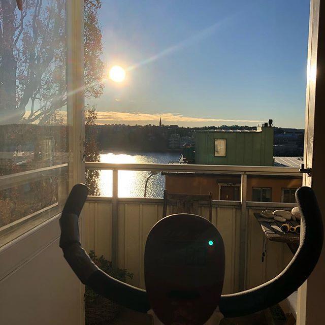 Det må vara minusgrader ute. Men jag sitter i linne och sommartunna brallor och cyklar. Med frisk luft i lungorna och solen i nyllet. Hej måndag. ️
