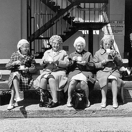"""Läste just en fin grej. Om hur vi påverkas av vilka vi umgås med. """"I Okinawa, Japan, en plats där medellivslängden för kvinnor är runt 90 år, vilket är äldst i världen, formar människor en typ av sociala nätverk som kallas för """"moai"""" – en grupp bestående av fem vänner som erbjuder socialt, logistiskt, emotionellt och ekonomiskt stöd under hela livet."""" Dagens tips: Välj ut 5 vänner som gör dig lycklig och inspirerar dig positivt? Hitta ditt moai. Fokusera på dem. Läs mer på: https://stresscoachen.mabra.com/att-vara-med-personer-som-paverkar-dig-positivt-ar-viktigast-for-halsan/"""
