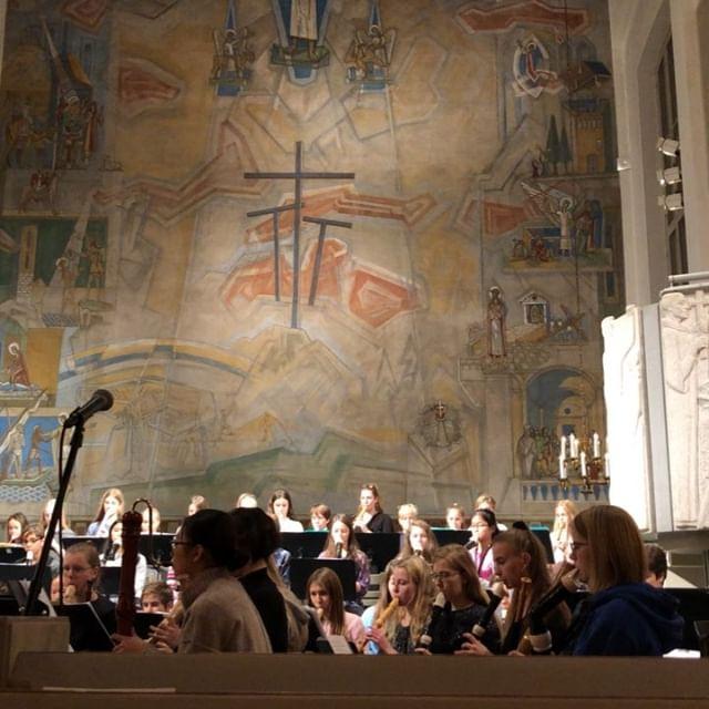 St Görans kyrka. Kungsholmen. 18.30. Om ni råkar vara i närheten av kyrkan i kväll kan jag varmt rekommendera att gå in och lyssna till Kulturskolans flöjtkonsert. Mäktigt och vackert och så bra. Det här är bara en liten snutt från repetitionen. @svenskakyrkan @kulturskolansthlm