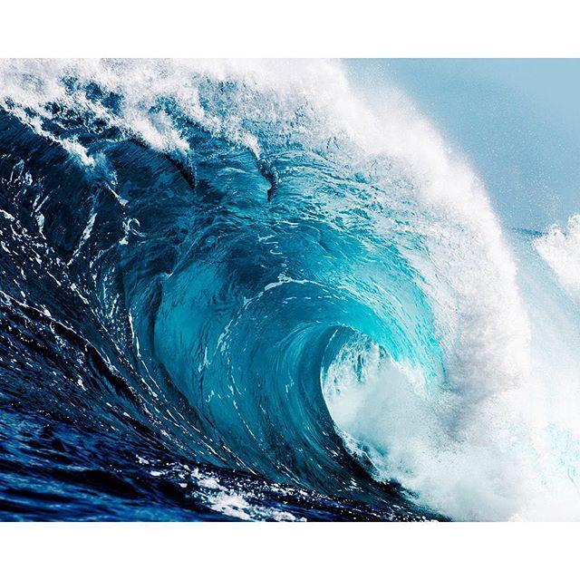 Visste du att kraften i tidvattnet skulle räcka till att klara jordens totala energibehov? Gånger tre, typ. Att det är en jättevåg som rör sig runt jorden och aldrig tar slut. Wow liksom. Om vi kan fånga den kraften så skulle vi kunna rädda mycket. Och detta lärde jag mig av min tioåring i dag. Säger bara.